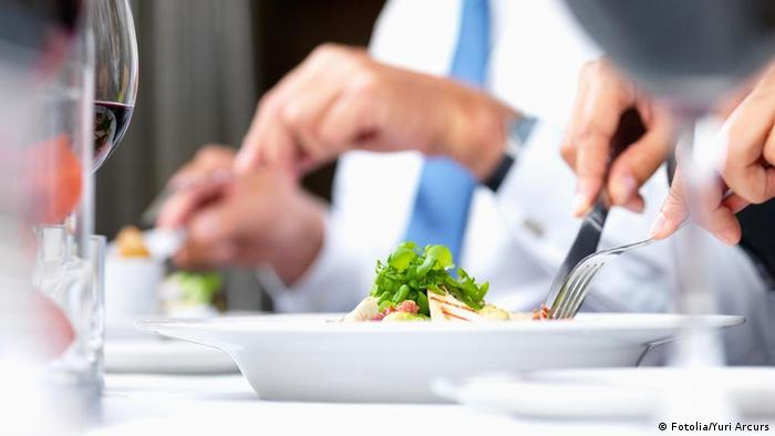 Сцена за столом в ресторане