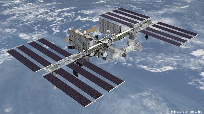 ایستگاه فضایی بینالمللی هر ۹۰ دقیقه یکبار در مداری تعیینشده به دور زمین میچرخد. در روزهایی که آسمان صاف و بیابر است میتوان این ایستگاه را با چشم غیرمسلح (بدون تجهیزات) دید.
