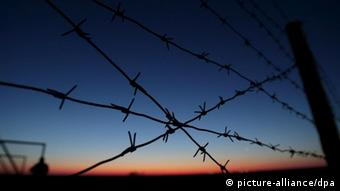 Sunrise is seen through a barbwire fence at Baikonur cosmodrome in Kazakhstan for the launch of the Soyuz TMA-14 rocket manned space flight to the International Space Station, 24 March 2009. Launch of the mission is scheduled on 26 March. Foto: EPA/YURI KOCHETKOV +++(c) dpa - Report+++