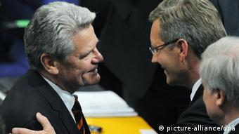 Joachim Gauck (left) congratulates Christian Wulff in 2010