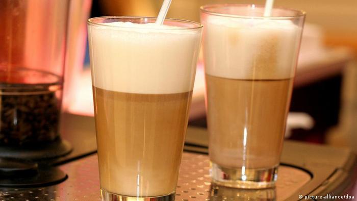 Latte Macchiato: Geschäumte Milch mit Espresso, aufgenommen am 13.02.2006. Foto: Heiko Wolfraum +++(c) dpa - Report+++
