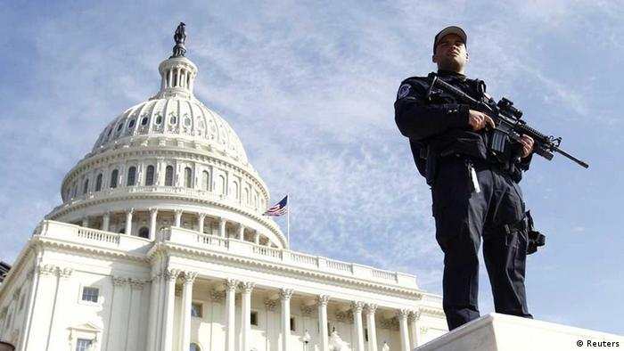 Bewaffneter US-Polizist vor dem Kapitol in Washington (Foto: Reuters)