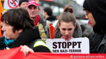 Участница демонстрации с плакатом в руках