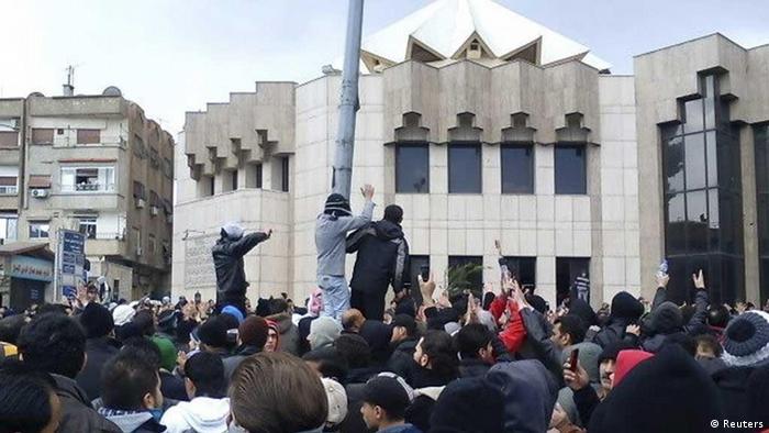 """تظاهرات در منطقه امنیتی """"المزه"""" دمشق در نزدیکی کاخ ریاست جمهوری"""