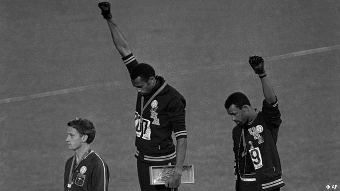 كانت واحدة من أكثر الاحتجاجات شهرة في عالم الرياضة عام 1968، عندما هز تومي سميث وجون كارلوس الأولمبياد في المكسيك بتحية بلاك باور على منصة التتويج بنهائي سباق 200 متر رجال. ونحى اللاعبان رأسيهما ورفعا القبعات السوداء على المنصة بينما يُعزف النشيد الوطني الأمريكي في خطوة أثارت غضب ملايين الأميركيين.