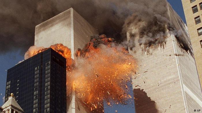 Der südliche Turm des World Trade Centers bricht nach den Terroranschlägen vom 11. September 2001 zusammen (Foto: AP Photo/Gulnara Samoilova, FILE)