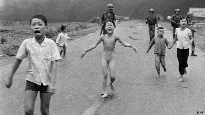Vietnamesische Kinder fliehen vor einem Napalm-Angriff - historisches Foto von 1972(Foto: AP Photo/Nick Ut)