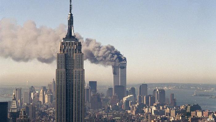 Вид на Empire State Building и горящие башни Всемирного торгового центра 11 сентября 2001 года