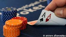 Karten werden vor Beginn einer Pressekonferenz zum Pokerturnier Hohensyburg Open am Dienstag (06.03.2007) im Spielcasino Hohensyburg in Dortmund gehalten (Illustration). Rund 500 Teilnehmern werden vom 08.-11.03. um Preisgelder in Höhe von 2,35 Millionen Euro spielen. Foto: Franz-Peter Tschauner dpa +++(c) dpa - Report+++