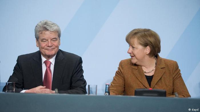 آنگلا مرکل، صدراعظم، در کنار یوآخیم گاوک، رئیسجمهور آینده آلمان، در کنفرانس مطبوعاتی شامگاه یکشنبه ۱۹ فوریه / ۳۰ بهمن