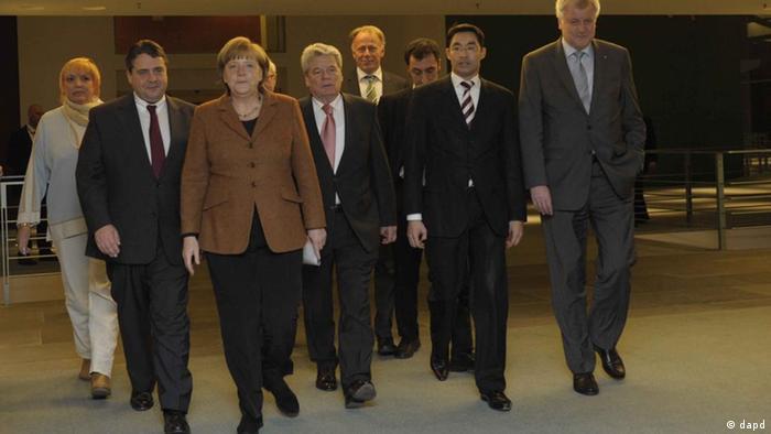 صدراعظم آلمان به همراه رهبران احزاب بزرگ سیاسی آلمان و یوآخیم گاوک در مسیر شرکت در کنفرانس مطبوعاتی شامگاه یکشنبه
