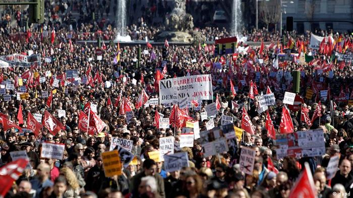 Thousands of demonstrators hold banners against the government's recently approved labor reforms during a protest in Madrid, Spain, Friday Feb. 19, 2012. Marches organized by the country's main trade unions are taking place throughout Spain. (Foto:Alberto Di Lolli/AP/dapd)