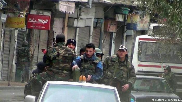 سربازان سوری برای جلوگیری از اعتراضات در کوچه پسکوچههای دمشق هم حضور دارند.