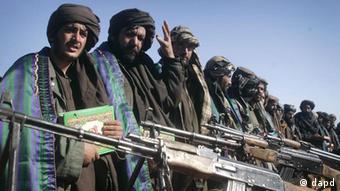 Neben den Schusswaffen bedienen sich die Taliban auch der sozialen Netzwerke im Internet. (Foto: AP)