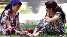 Auf den Straßen von Duschanbe, Frauen in traditionellen Kleidern *** Jahr/Ort: 2012/Tadschikistan