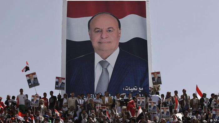 Yemenis attend a pro-election rally in Sanaa, Yemen, Monday, Feb. 20, 2012. Abed Rabbo Mansour Hadi, is to become president after a vote Tuesday in which he is the only candidate. The campaign poster, background shows Mansour Hadi. (Foto:Hani Mohammed/AP/dapd)