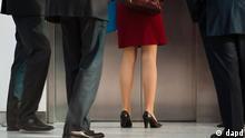 Bundesfamilienministerin Kristina Schröder wartet vor Aufzug