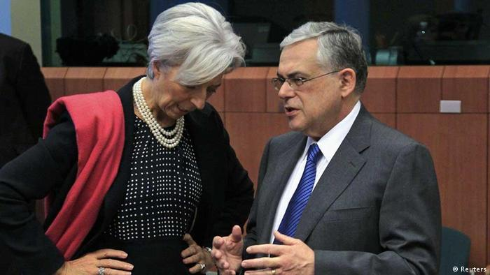 MF Managing Director Christine Lagarde (L) talks with Greece's Prime Minister Lucas Papademos (R) at the start of a Eurogroup meeting at the European Union council headquarters in Brussels February 20, 2012. Euro zone finance ministers are expected to approve a second rescue package for Greece at a meeting on Monday, a move officials hope will draw a line under four months of social unrest and financial market turmoil that has shaken Athens. REUTERS/Yves Herman (BELGIUM - Tags: BUSINESS POLITICS)//eingestellt von haz