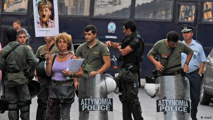 Eine kleine Gruppe von Demonstranten vor der der Deutschen Botschaft in Athens. (6.10.2011) (Foto:Kostas Tsironis/AP/dapd)