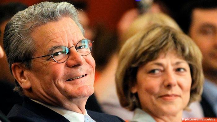 ARCHIVBILD: Der Kandidat von SPD und Grüne für das Amt des Bundespräsidenten, Joachim Gauck, sitzt am 22.06.2010 im Deutschen Theater in Berlin