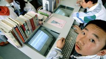 Ein Junge lernt im Schulunterricht den Umgang mit Computern. Foto aus der Privatschule South Ocean International School in Qingdao in der chinesischen Provinz Shandong, aufgenommen im Juli 2001.