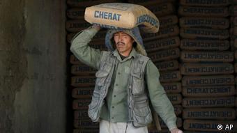 در افغانستان کمتر کارگران با کارهای حرفه ای آشنایی دارند.