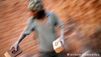 Ausbeutung für einen Hungerlohn - Tagelöhner in Indien (Foto: Pete Pattisson)