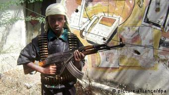 A young Alshabab soldier prepares to join fighting between Alshabab and Ethiopian forces near the presidential palace in Mogadishu, Somalia on 12, January 2009. Islamic fighters launched heavy attacks on two Ethiopian bases on the eve of Ethiopian expected withdrawal from Somalia. EPA/BADRI MEDIA +++(c) dpa - Report+++
