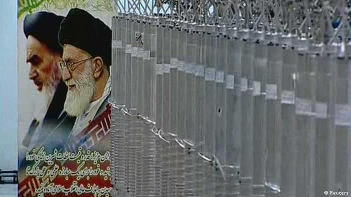 Ядерные центрифуги на фоне портретов верховных правителей Ирана
