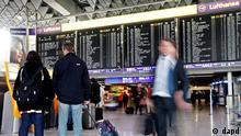 Hessen/ Reisende stehen am Dienstag (21.02.12) auf dem von der Fraport AG betriebenen Flughafen in Frankfurt am Main waehrend eines Streiks der Vorfeldbeschaeftigten vor einer Anzeigetafel. Die Beschaeftigten auf dem Vorfeld des Frankfurter Flughafens wollen nach einem Aufruf der Gewerkschaft der Flugsicherung (GdF) bis Freitagabend (24.02.12) die Arbeit niederlegen. (zu dapd-Text) Foto: Mario Vedder/dapd