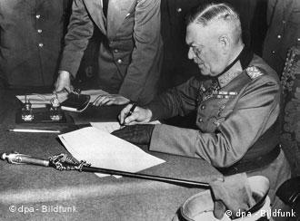 Feldmarschall Wilhelm Keitel unterschreibt die Kapitulations-Urkunde