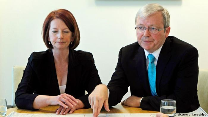 epa03115939 (FILE) A file photograph showing Australian Prime Minister Julia Gillard (left) meets with Australian Foreign Minister Kevin Rudd at the commonwealth offices in Waterfront House, Brisbane, Australia, 07 August 2010. According to media reports on 22 February 2012 Kevin Rudd has resigned as Foreign Affairs Minister. EPA/ANDREW MEARES POOL AUSTRALIA AND NEW ZEALAND OUT *** Local Caption *** 00000402328003 +++(c) dpa - Bildfunk+++
