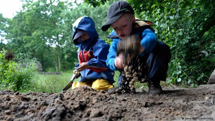 A picture of German children playing in forest daycare (Photo: ddp/Jens Schlueter)