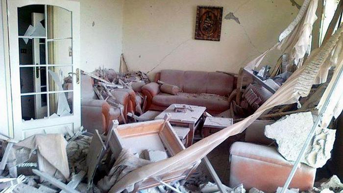 ارتش با توپ و تانک منطقهی بابا عمرو را زیر آتش قرار داده و بسیاری از خانههای مسکونی را ویران کرده است.