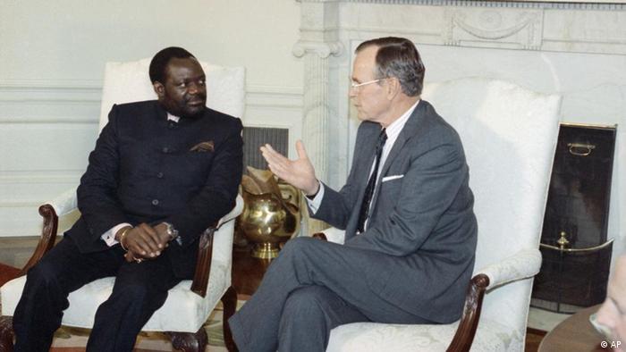 Jonas Savimbi Rebellenführer Angola und George Bush
