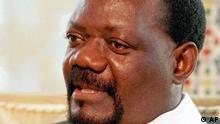 Rotes Barett, Vollbart, bulliges Auftreten - so kannte die Welt Angolas langjährigen Rebellenchef Jonas Savimbi (Archivbild von 1996). Jahrzehntelang galt er als Schlüsselfigur im Ringen der damaligen Supermächte USA und Sowjetunion um die Herrschaft in Afrika. Regierungssoldaten haben den 67-Jährigen nun nach eigenen Angaben vom 23.02.2002 im Südosten des Landes gestellt und getötet. «Savimbi morto em combate» - Savimbi im Kampf gefallen, lautete die Nachricht, die in Angola schlagartig Hoffnungen auf ein Ende eines der längsten und mörderischsten Konflikte des Kontinents mit 500 000 Toten und mindestens ebenso vielen Verstümmelten nährten. dpa