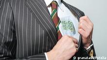 Symbolbild zur Korruption: Ein Mann im Anzug steckt mehrere Hundert Euro Scheine in seine Tasche. Eingestellt am 13.9.2011. © granata68 - Fotolia.com Korrupter Geschäftsmann © granata68 #28961612