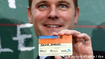 Bahr holds a donor card. Picture: Wolfgang Kumm dpa/lbn +++(c) dpa - Bildfunk+++