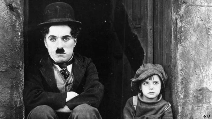 چارلی چاپلین در صحنهای از فیلم پسربچه