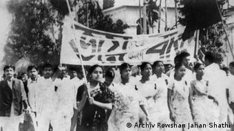 Titel 3: Rowshan Jahan Shathi MP und undere Partei Mitglieder Protesten in 1969 in Jessore, Bangladesch Datum: Juli 1969 Eigentumsrecht: Rowshan Jahan Shathi, Dhaka, Bangladesch Stichwort: Rowshan, Jahan, Shathi, 1969, 1971, Freiheitskämpf, Bangladesch, Dhaka, Bangladesh, Women, Freedom, Fighter,