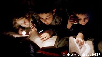 Kinder lesen im Bett