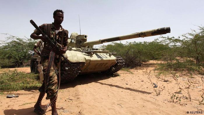 سربازان ارتش سومالی در نزدیکی یکی از پایگاههای نیروهای حافظ صلح اتحادیهی آفریقا