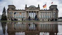 Der Reichstag spiegelt sich in einer Regenpfuetze. (Foto: AP)