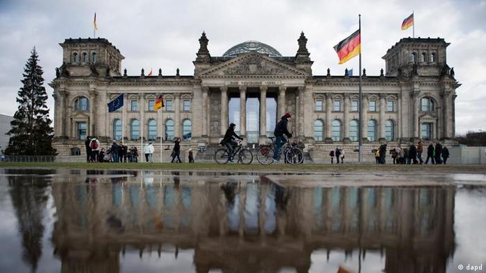 Berlin/ Der Reichstag spiegelt sich am Donnerstag (05.01.12) in Berlin in einer Regenpfuetze. Obwohl Sturmtief Andrea an Kraft verliert, weht der Wind auch in den kommenden Tagen stark bis stuermisch. Dabei regnet es vielfach, in hoeheren Lagen faellt Schnee, wie der Deutsche Wetterdienst am Donnerstag in Offenbach mitteilte. Die Tageshoechstwerte erreichen zwei bis acht Grad. Am Freitag ist es im Nordosten ueberwiegend trocken, sonst gibt es Schauer, die in Hoehen oberhalb von 400 bis 600 Metern meist als Schnee fallen. Die Temperaturen steigen auf ein Grad im Allgaeu und acht Grad am Rhein. Der Wind weht meist maessig, aber vor allem im Suedosten und im Bergland noch mit starken bis stuermischen Boeen. In der Nacht zum Samstag sinken die Temperaturen auf Werte zwischen vier Grad und minus drei Grad. Zeitweise regnet es, im Bergland und nach Suedosten hin sind Schnee oder Schneeschauer moeglich. (zu dapd-Text)