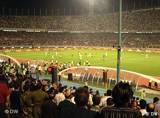 زمین فوتبال ورزشگاه آزادی تهران. عکس از آرشیو دویچه وله