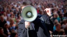 Symbolbild Protest Demonstration Megafon Megaphon (Fotolia/satori)