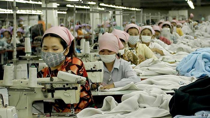 Näherinnen in der Textilfabrik in der Nähe von Phnom Penh, Kambodscha
