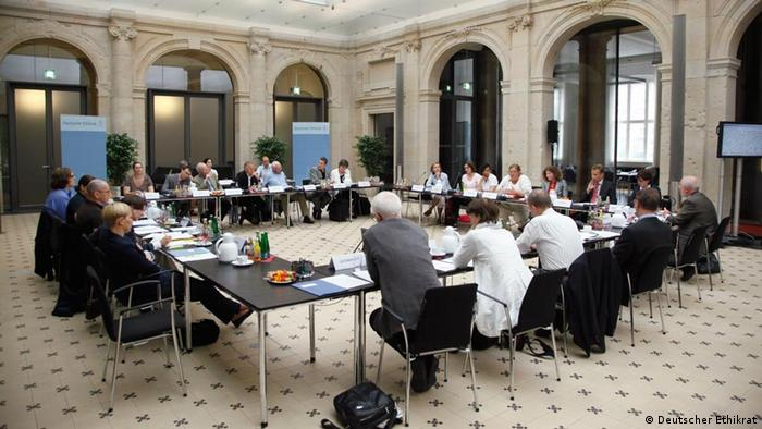 Reunión en Berlín del Consejo Alemán de Ética para definir su posición respecto a la intersexualidad.