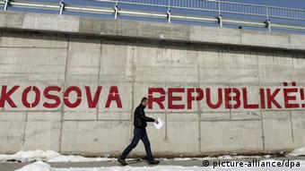 epa03119460 A pedestrian walks by a graffiti reading 'Kosova Republic!' in Kosovo's capital Pristina, 24 February 2012. EU-brokered talks between Serbia and Kosovo in Brussels entered their third day, on Friday 24 February. Serbia is under pressure to stop blocking Kosovo's participation in Balkan regional meetings, implement previous deals on borders and ensure free-movement of EU and NATO missions in northern Kosovo. EPA/VALDRIN XHEMAJ Schlagworte Diplomatie, Diplomatie