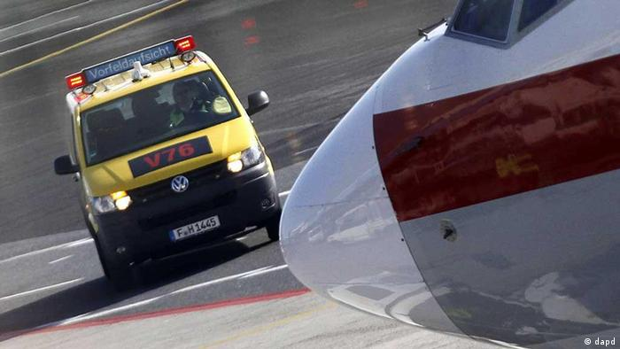 Nose of an aircraft, with a Fraport follow-me service vehicle appraoching Foto: Mario Vedder/dapd